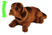 Собака большая на торпеду автомобиля, коричневая