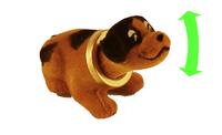 Собака маленькая на торпеду автомобиля, коричневая